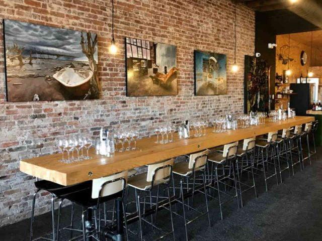 restaurant resto grande table a manger tableau mur de brique comptoir restaurant st-jean-sur-richelieu produit local achat local Ulocal