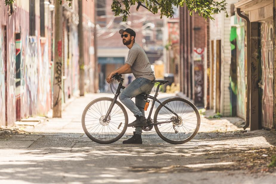un home sur un vélo acheter local ou acheter des produits locaux