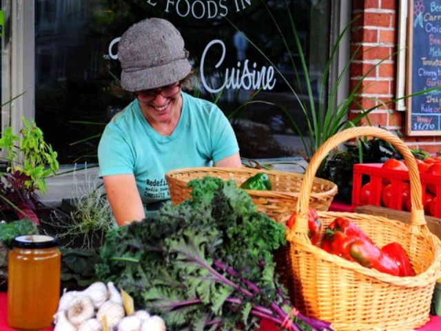 Fermier famille kiosque légumes Ferme Lève-tôt Low Ulocal produit local achat local