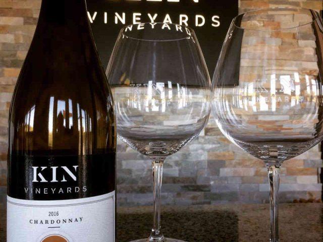 Vignoble bouteille de vin verres à vin Kin Vineyards Carp Ulocal produit local achat local