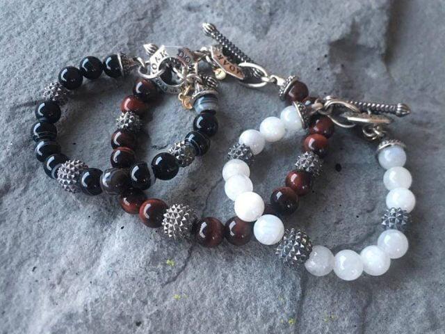 bijoux et accesoire bracelet fait a la main gris bourgogne et noir domoak repentigny quebec canada ulocal produits locaux achat local produits du terroir locavore touriste