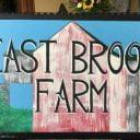 Fermier de famille enseigne East Brook Community Farm Walton New York États-Unis Ulocal produit local achat local