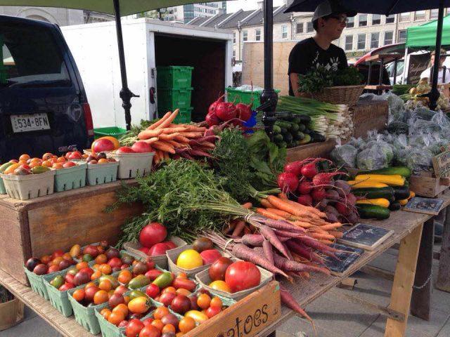 Marché de fruits et légumes kiosque légumes Patchwork Gardens Battersea Ontario Canada Ulocal produit local achat local