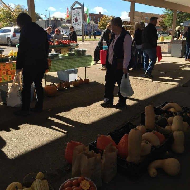 Marché public kiosques Pembroke Farmers' Market Pembroke Ontario Canada Ulocal produit local achat local