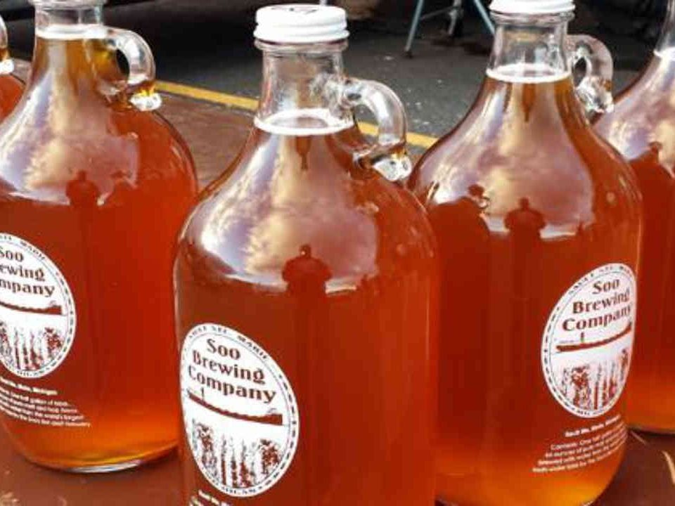 Microbrasserie cruches de bière Soo Brewing Company Sault Ste. Marie Michigan États-Unis Ulocal produit local achat local