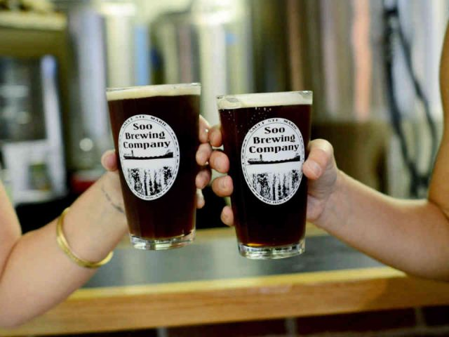 Microbrasserie verres de bière Soo Brewing Company Sault Ste. Marie Michigan États-Unis Ulocal produit local achat local