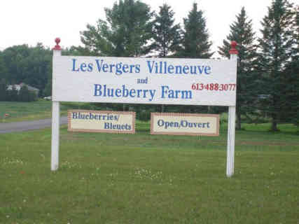 Produce picking sign Vergers Villeneuve and Blueberry Farm Saint-Pascal Baylon Ontario Canada Ulocal local product local purchase