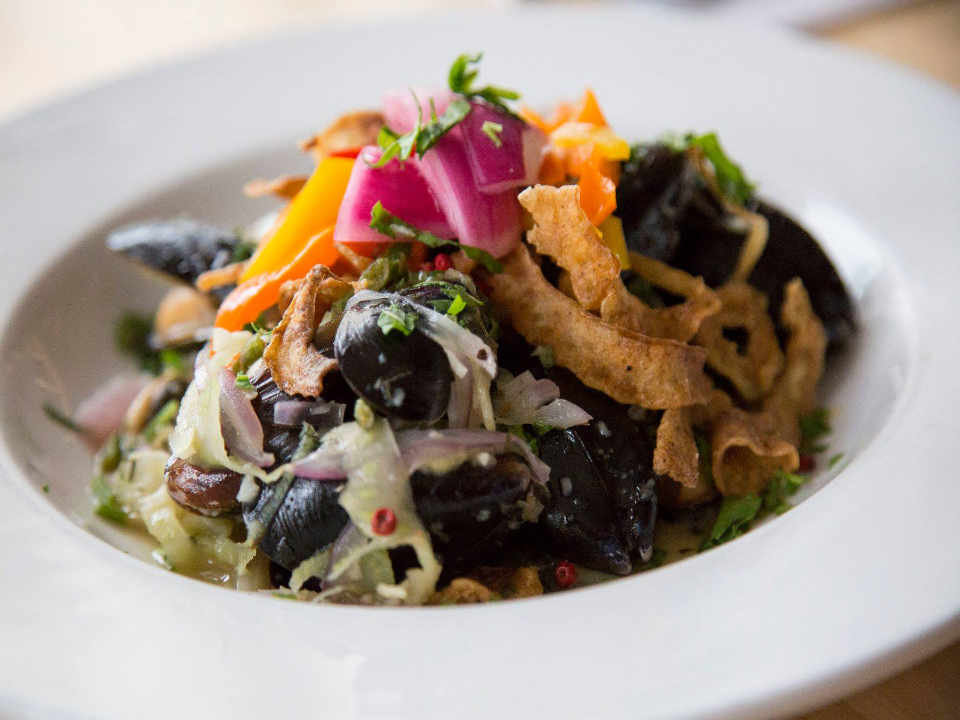 restaurant nourriture assiette avec légumes logo boardwalk restaurant Lund Colombie Britannique canada produit local achat local locavore produit du terroir touriste