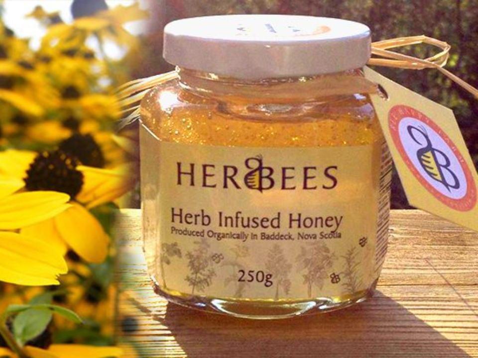 cosmétiques produits naturels santé pour le corps pot jaune produit au miel herbees nature abeille bee happy farm baddeck nouvelle écosse canada produits locaux achat local produits du terroir locavore touriste