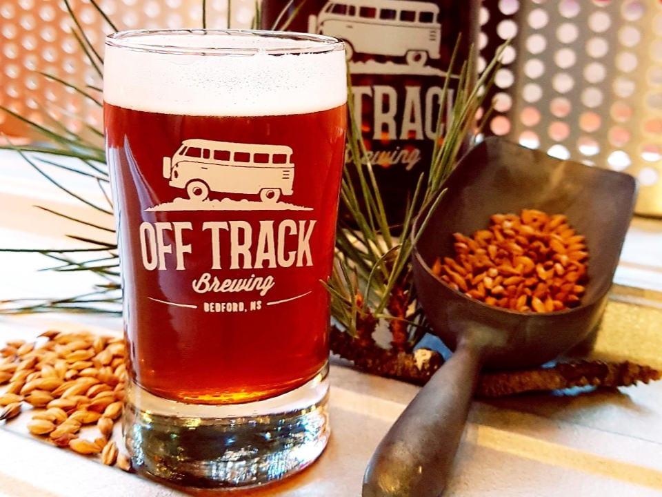 microbrasseries verre de bière rousse en fût tapas apéritif lunch off track brewing bedford nouvelle-écosse canada ulocal produits locaux achat local produits du terroir locavore touriste