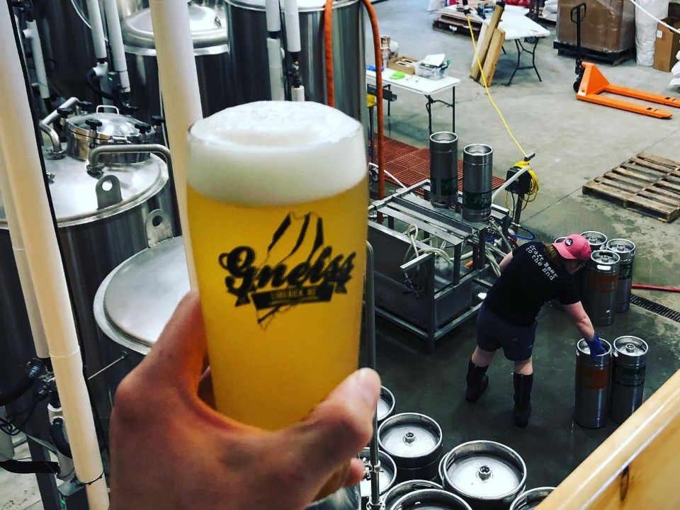 Microbrasserie verre de bière Gneiss Brewing Company Limerick Maine États-Unis Ulocal produit local achat local