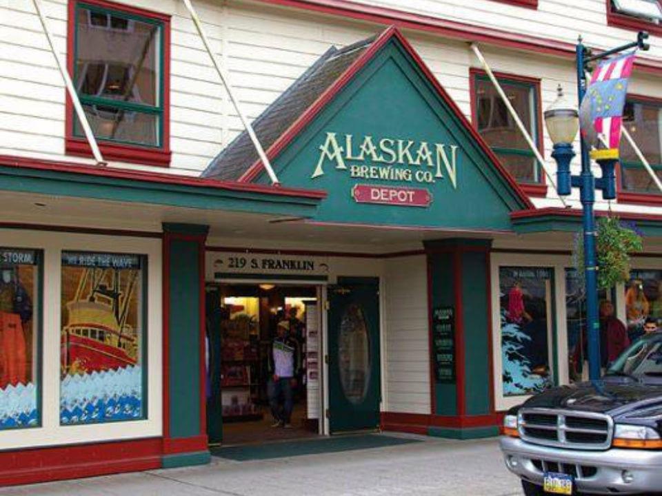microbrasseries devanture extérieure blanche et verte de la brasserie et du magasin alaskan brewing co juneau alaska états-unis ulocal produits locaux achat local produits du terroir locavore touriste