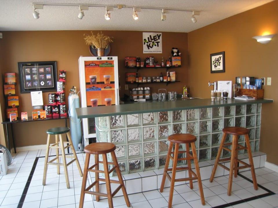 microbrasseries bar de dégustation avec base vitrée et 4 bancs de bois alley kat brewery edmonton alberta canada ulocal produits locaux achat local produits du terroir locavore touriste