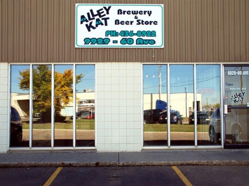 microbrasseries Façade vitrée de la brasserie alley kat brewery edmonton alberta canada ulocal produits locaux achat local produits du terroir locavore touriste