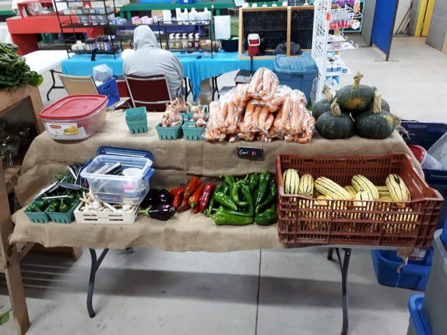 marché public table exposition produits locaux kiosque fruits légumes antigonish farmers market antigonish nouvelle-écosse canada ulocal produits locaux achat local produits du terroir locavore touriste