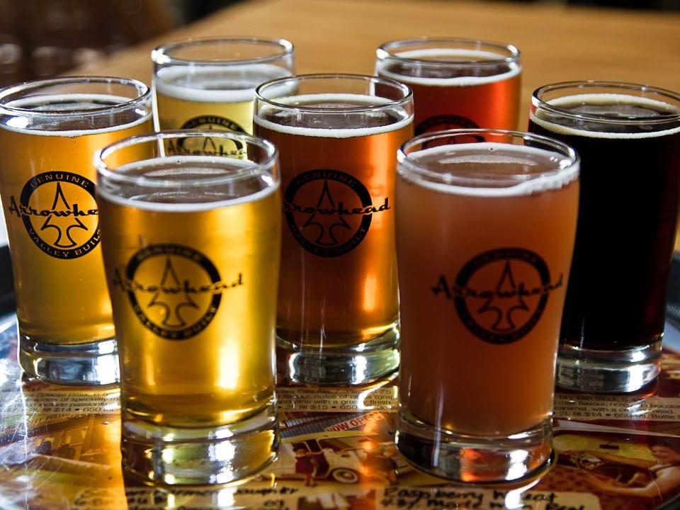 microbrasseries plateau avec verre de bière artisanale arrowhead brewing company invermere colombie britannique canada ulocal produits locaux achat local produits du terroir locavore touriste