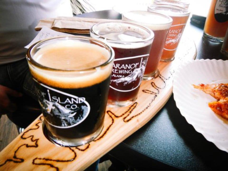microbrasseries palette de dégustation de bière artisanale sur une table baranof island brewing company sitka alaska états-unis ulocal produits locaux achat local produits du terroir locavore touriste