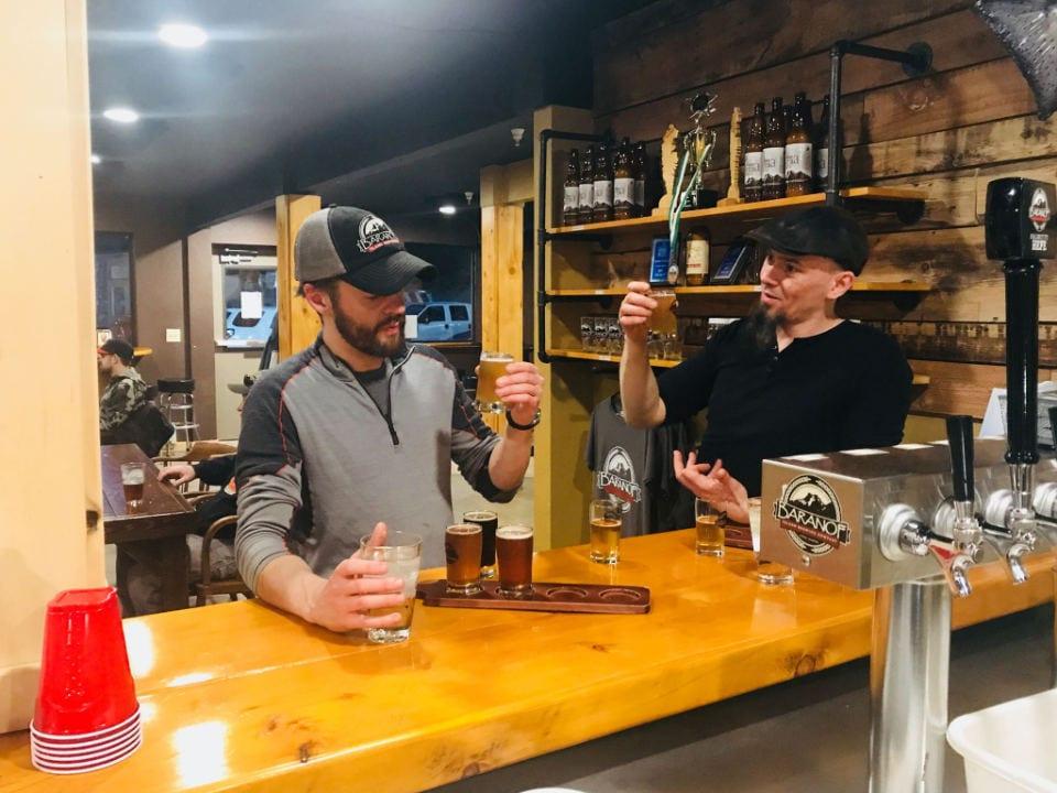 microbrasseries 2 hommes assis au bar en train de goûter aux différentes sortes de bières artisanales de la brasserie baranof island brewing company sitka alaska états-unis ulocal produits locaux achat local produits du terroir locavore touriste