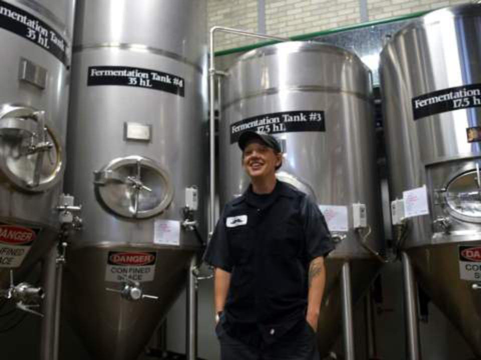 microbrasseries usine de fabrication de bière artisanale avec employé barkerville brewing co quesnel colombie britannique canada ulocal produits locaux achat local produits du terroir locavore touriste
