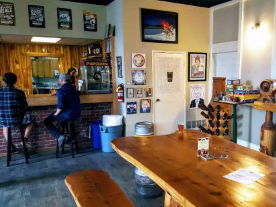 microbrasseries bar à dégustation avec clients table et grand banc en bois barkerville brewing co quesnel colombie britannique canada ulocal produits locaux achat local produits du terroir locavore touriste