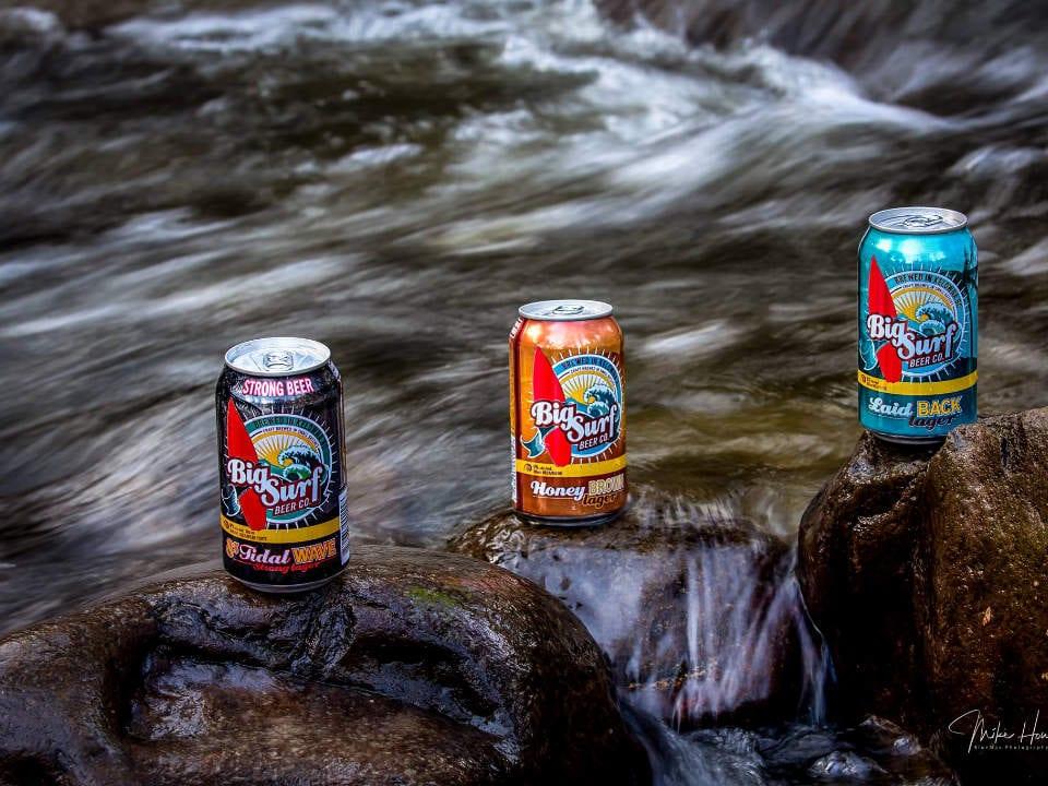microbrasseries trois cannettes de bières sur une roche dans rivière big surf beer co kelowna colombie britannique canada ulocal produits locaux achat local produits du terroir locavore touriste