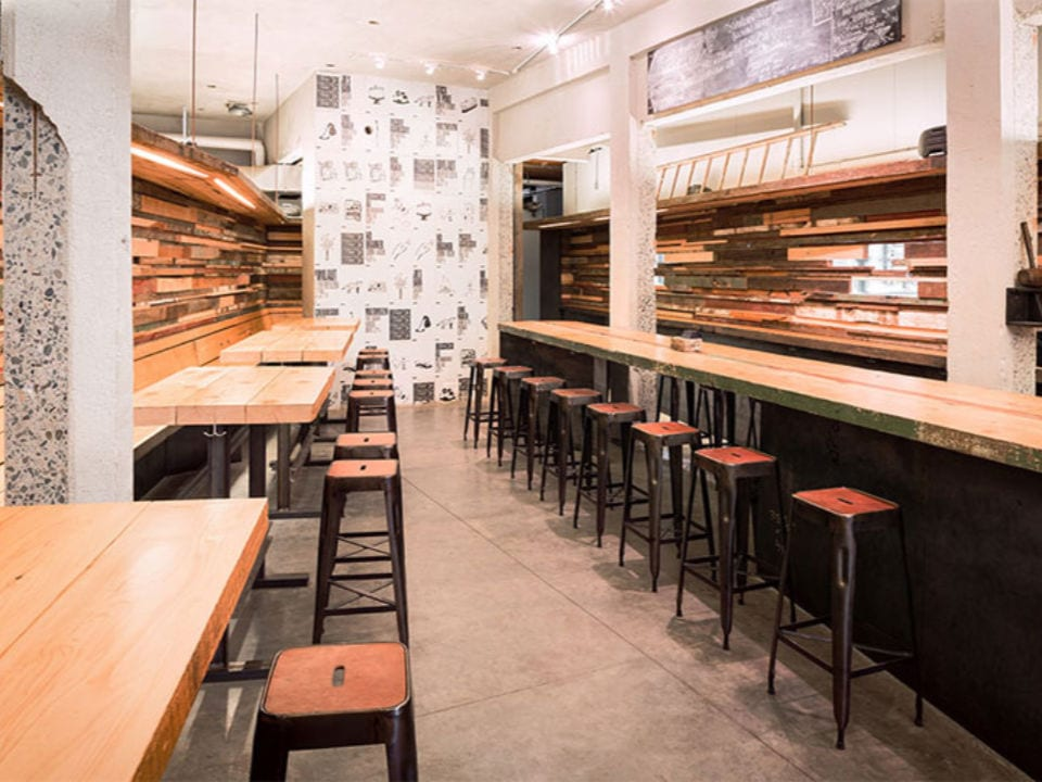microbrasseries intérieur tasting room long bar et tables avec bancs brassneck brewery vancouver colombie britannique canada ulocal produits locaux achat local produits du terroir locavore touriste