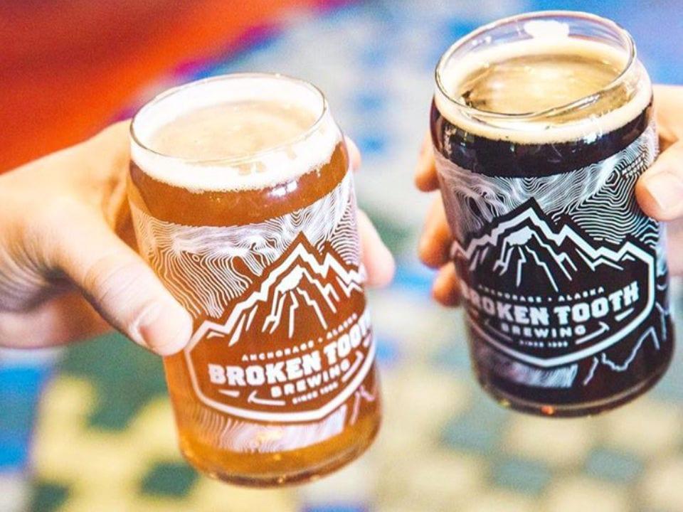 microbrasseries mains qui tiennent 2 verres de bières artisanales broken tooth brewing anchorage alaska états unis ulocal produits locaux achat local produits du terroir locavore touriste