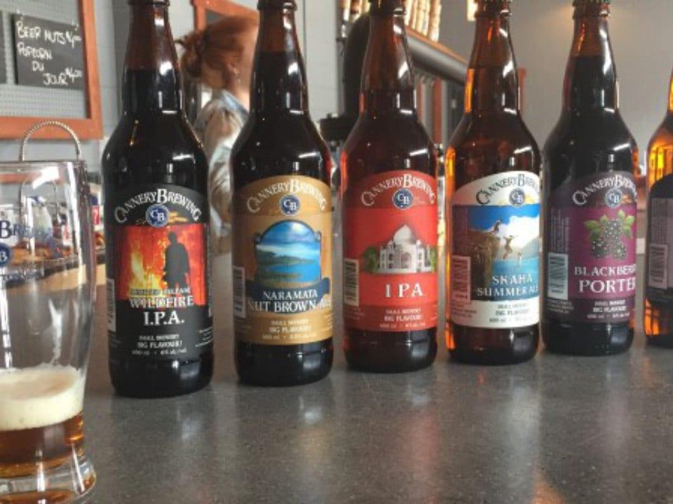 microbrasseries cinq bouteilles de bière artisanale sur un bar cannery brewing penticton colombie britannique canada ulocal produits locaux achat local produits du terroir locavore touriste