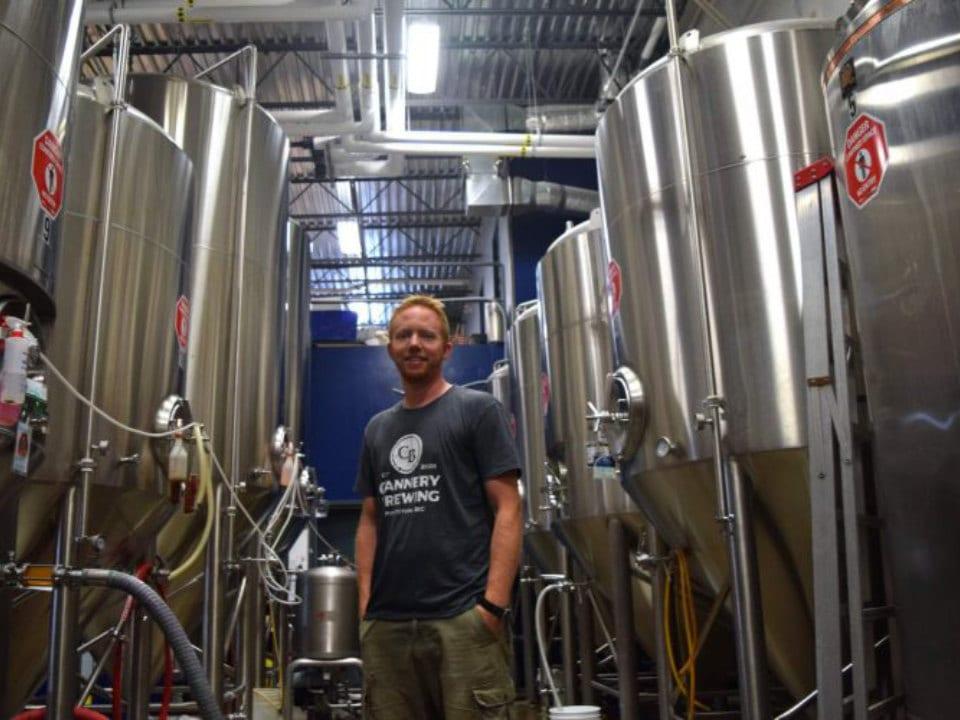 microbrasseries employé dans usine de fabrication de bière artisanale cannery brewing penticton colombie britannique canada ulocal produits locaux achat local produits du terroir locavore touriste