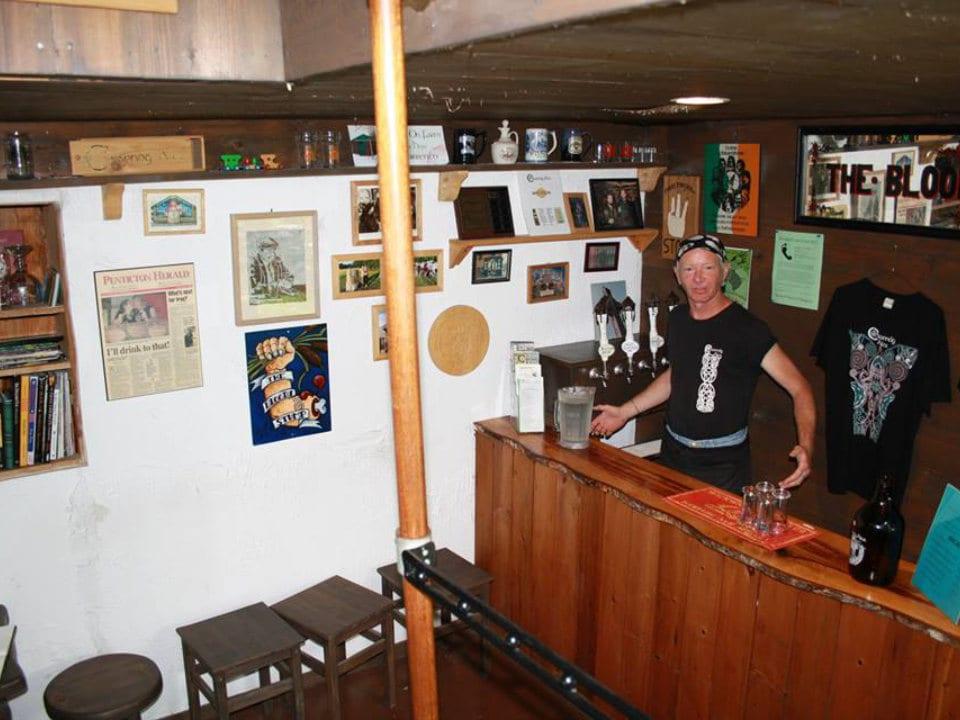 microbrasseries intérieur brasserie avec propriétaire au bar de dégustation crannog ales sorrento colombie britannique canada ulocal produits locaux achat local produits du terroir locavore touriste