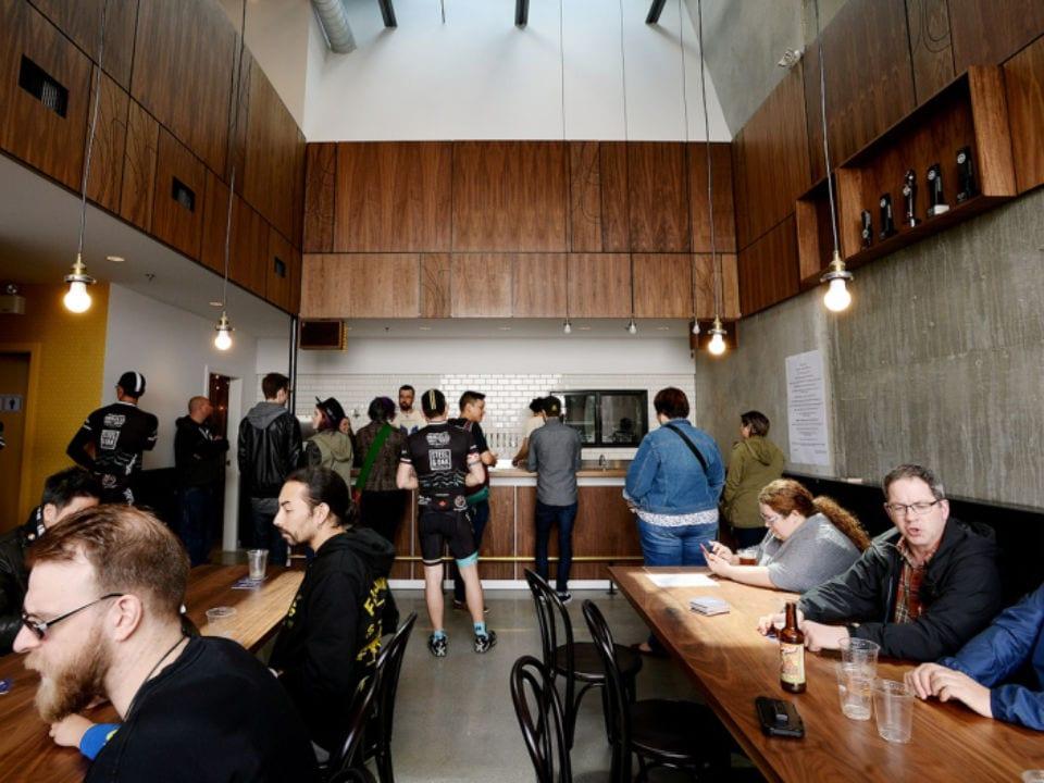 microbrasseries intérieur brasseire gens assis tables happy hour dageraad brewing burnaby colombie britannique canada ulocal produits locaux achat local produits du terroir locavore touriste