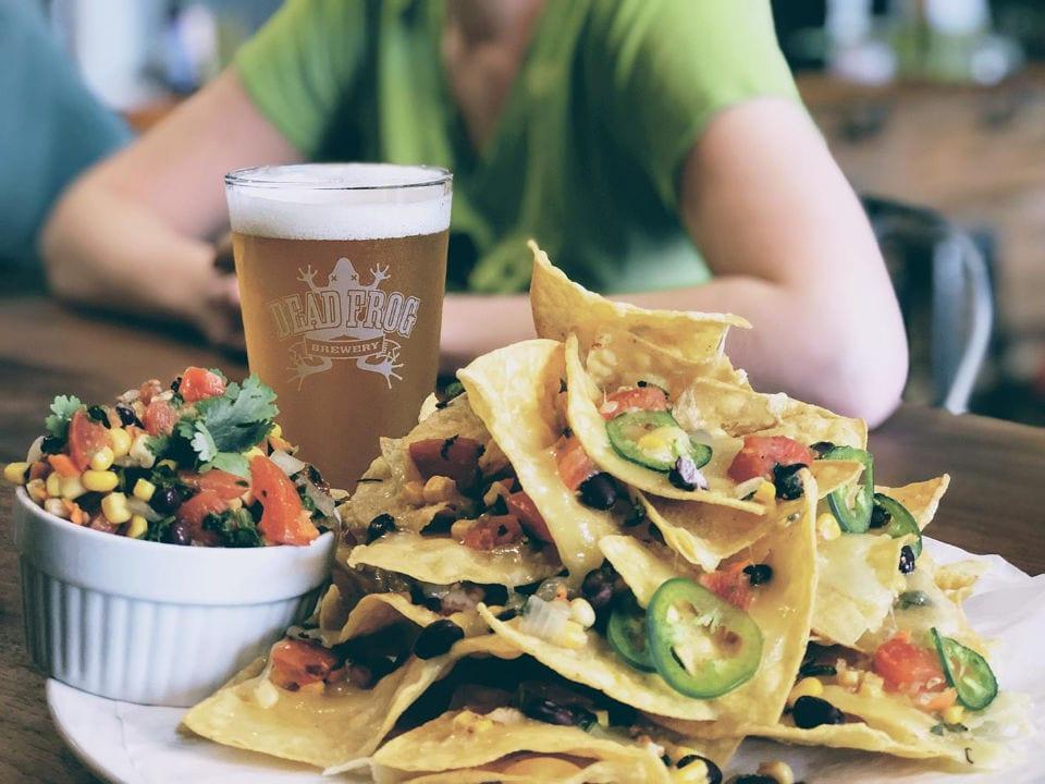 microbrasseries assiette de nachos avec verre de bière artisanale blonde dead frog brewery langley city colombie britannique canada ulocal produits locaux achat local produits du terroir locavore touriste