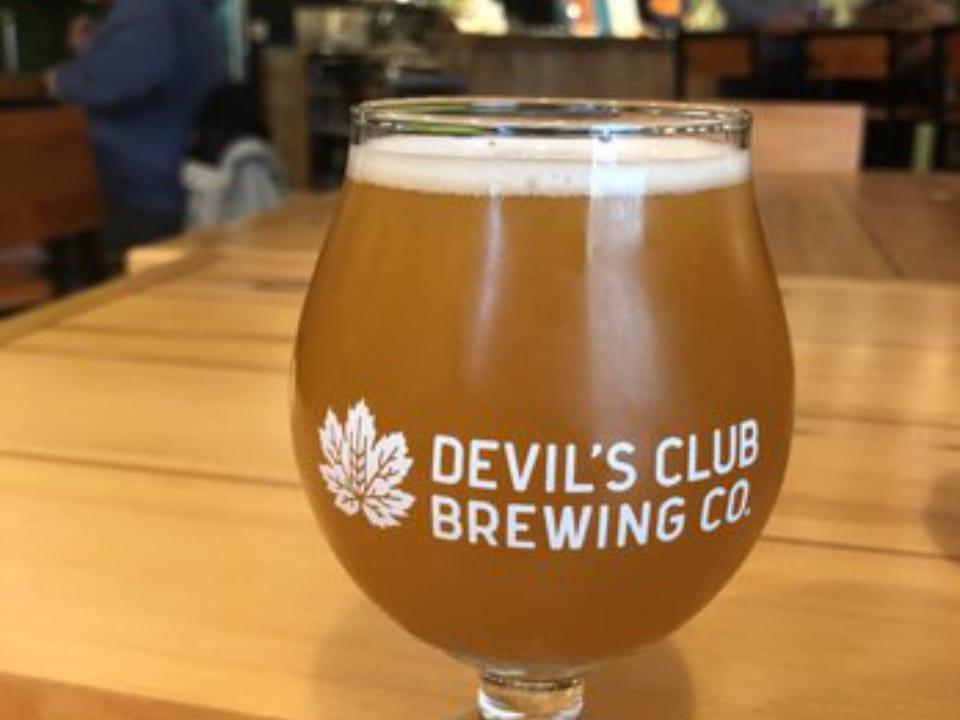 microbrasseries verre de bière artisanale locale sur une table en bois devil's club brewing co juneau alaska états-unis ulocal produits locaux achat local produits du terroir locavore touriste