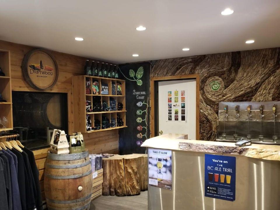 microbrasseries intérieur magasin bar de dégustation distributeur de bière en fût driftwood brewery victoria colombie britannique canada ulocal produits locaux achat local produits du terroir locavore touriste