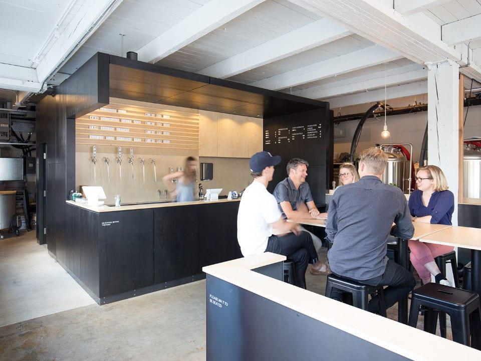 microbrasseries bar de dégustation avec clients aux tables réservoirs de bière faculty brewing co vancouver colombie britannique canada ulocal produits locaux achat local produits du terroir locavore touriste