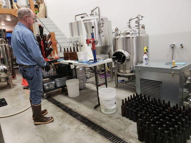 microbrasseries propriétaire et maître brasseur travaillant dans l'usine de fabrication de bières artisanales grace ridge brewing co homer alaska états unis ulocal produits locaux achat local produits du terroir locavore touriste