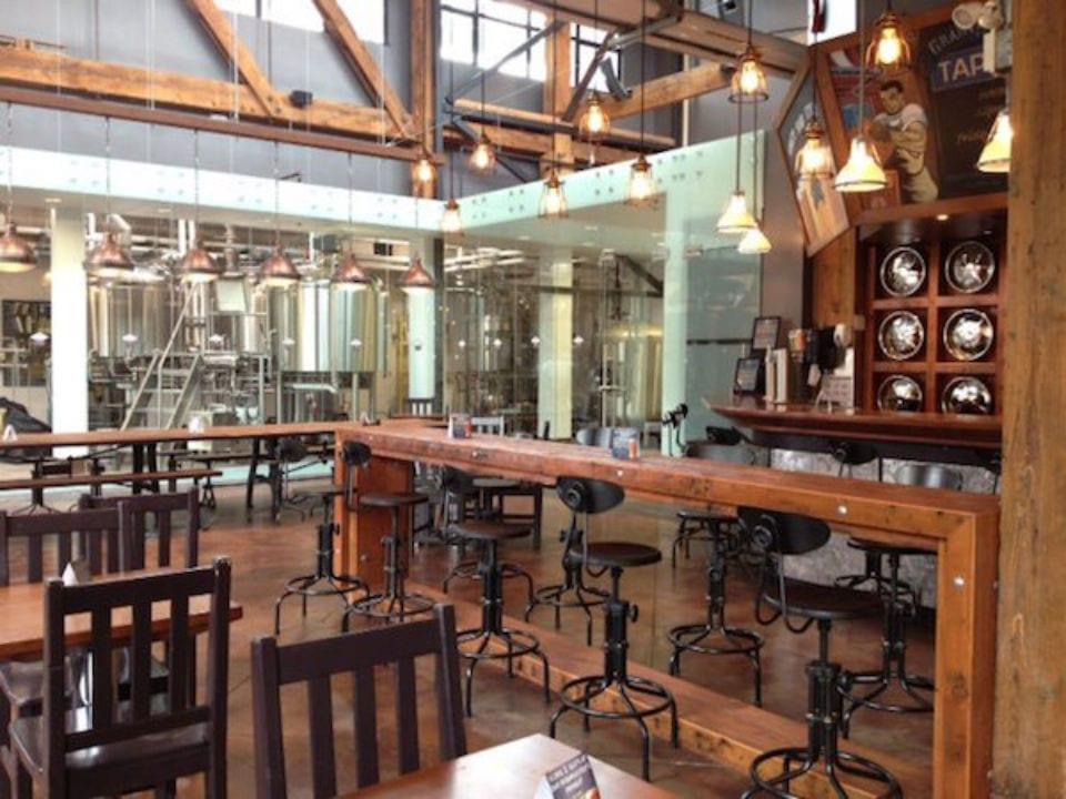 microbrasseries intérieur brasserie avec vue sur réservoir de bière artisanale granville island brewing vancouver colombie britannique canada ulocal produits locaux achat local produits du terroir locavore touriste