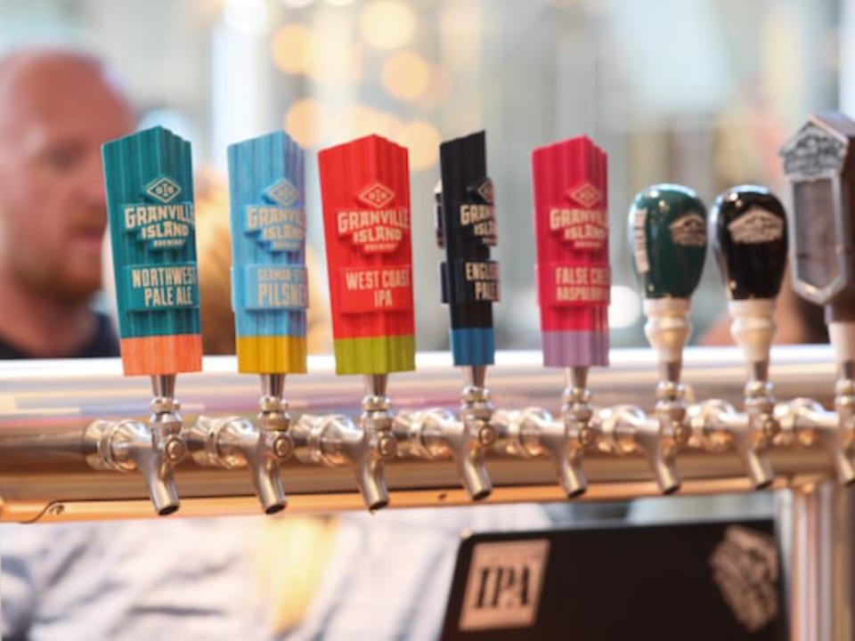 microbrasseries distributeur bière en fût au bar granville island brewing vancouver colombie britannique canada ulocal produits locaux achat local produits du terroir locavore touriste