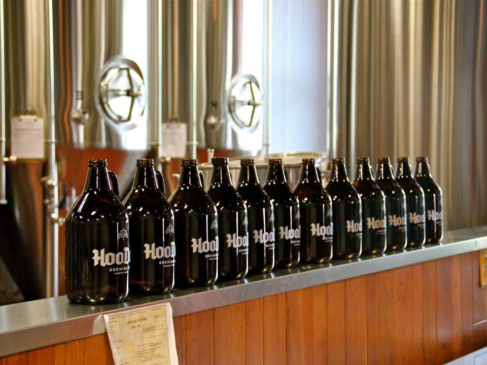 microbrasseries rangée de growlers sur tablette avec l'usine de fabrication de bières artisanales hoodoo brewing company fairbanks alaska états unis ulocal produits locaux achat local produits du terroir locavore touriste