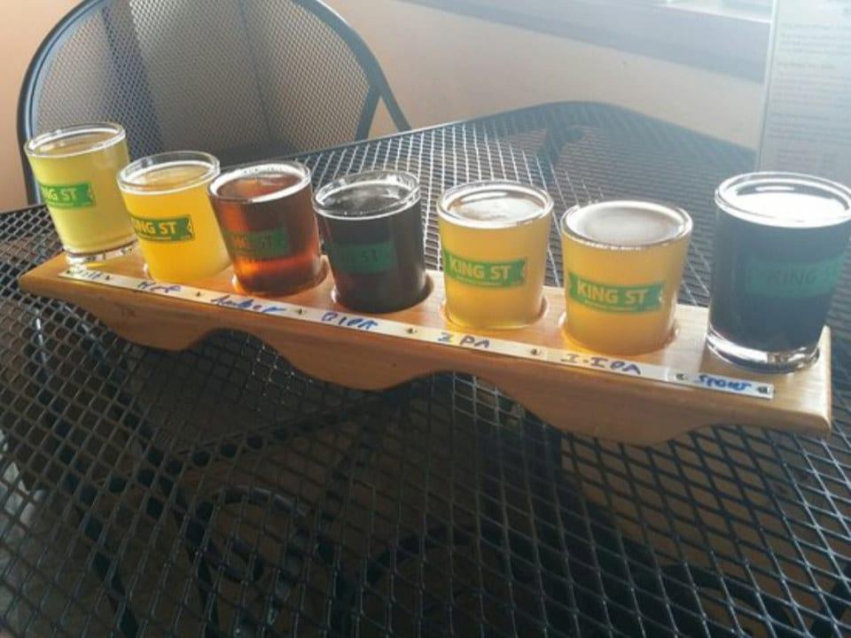 microbrasseries palette de dégustation de 7 bières artisanales sur une table king street brewing co anchorage alaska états unis ulocal produits locaux achat local produits du terroir locavore touriste