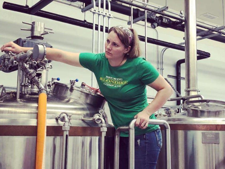 microbrasseries employée en train de travailler dans l'usine de fabrication de bière artisanale klondike brewing company skagway alaska états-unis ulocal produits locaux achat local produits du terroir locavore touriste