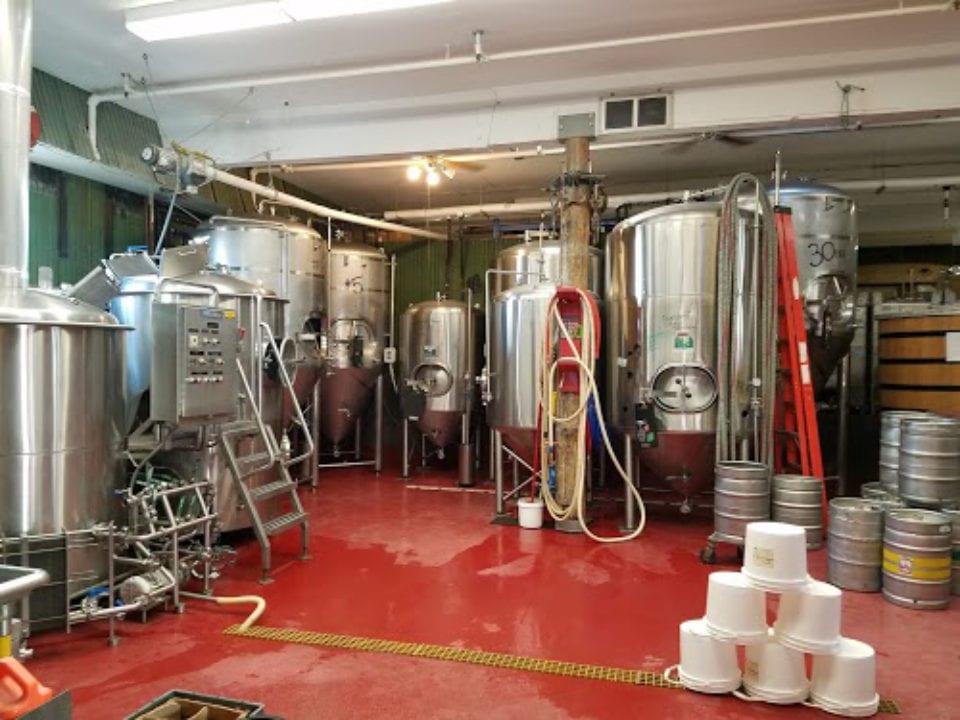 microbrasseries usine de fabrication de bières artisanales avec plancher rouge kodiak island brewing co kodiak alaska états unis ulocal produits locaux achat local produits du terroir locavore touriste