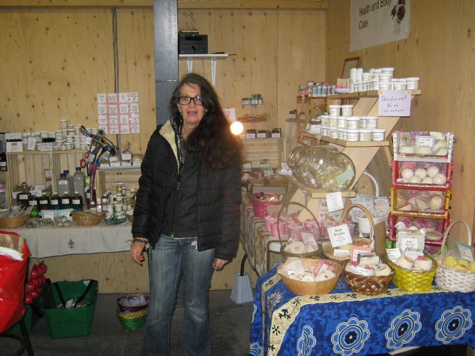 marché public femme exposant kiosque produit fait à la main artisanal locaux new glasgow farmers market new glasgow nouvelle-écosse canada ulocal produits locaux achat local produits du terroir locavore touriste
