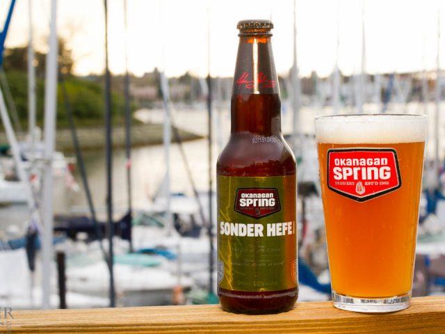 microbrasseries bouteille de bière et verre sur bar avec vue sur la marina okanagan spring brewery vernon colombie britannique canada ulocal produits locaux achat local produits du terroir locavore touriste