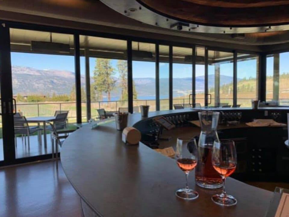vignoble restaurant bar rond avec vue sur vignoble deux coupes vin rosé o'rourke's peak cellars lake country colombie britannique canada ulocal produits locaux achat local produits du terroir locavore touriste