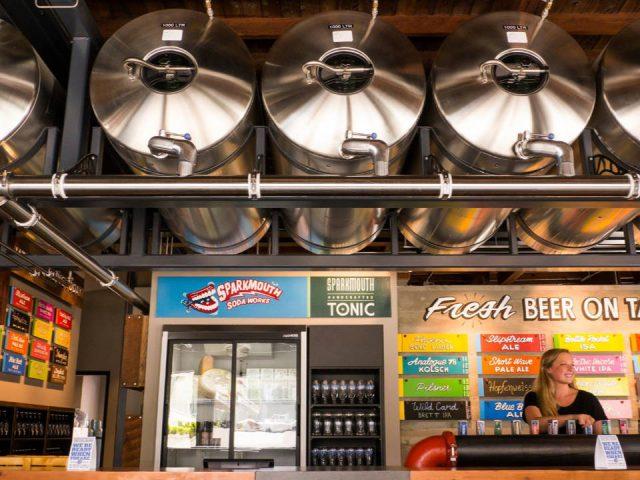 Microbrasseries femme promotion bières artisanales bar dégustation cylindres bière en fût phillips brewing and malting co victoria colombie britannique canada ulocal produits locaux achat local produits du terroir locavore touriste