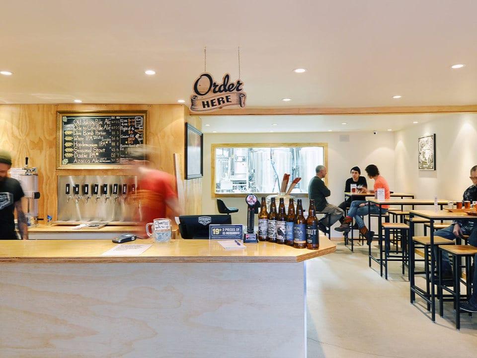 microbrasseries brasserie bar de dégustation clients assis tables powell brewery vancouver colombie britannique canada ulocal produits locaux achat local produits du terroir locavore touriste