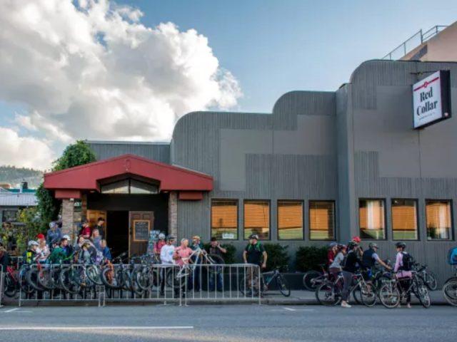 microbrasseries bâtisse extérieur avec terrasse pleine de gens stationnement de vélo red collar brewing co kamloops colombie britannique canada ulocal produits locaux achat local produits du terroir locavore touriste