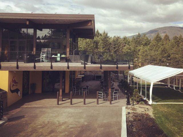 restaurant vignoble vue montagne extérieur terrasse chapiteau red fox club west kelowna colombie britannique canada ulocal produits locaux achat local produits du terroir locavore touriste