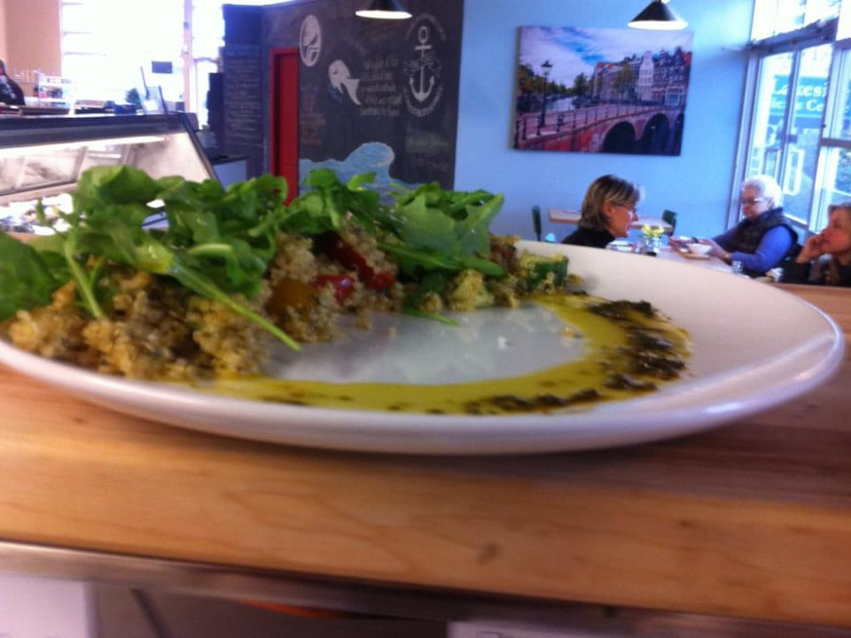 restaurant salade quinoa et roquette assiette the table cafe at codfathers market kelowna colombie britannique canada ulocal produits locaux achat local produits du terroir locavore touriste